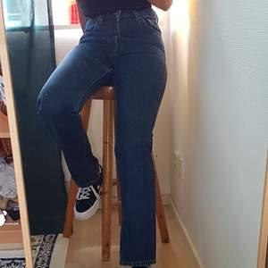 mörkblåmörkblåa jeansen från weekday. tajta