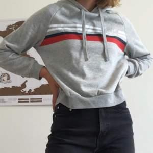 Väldigt bekväm hoodie från H&M. Sparsamt använd och i bra skick, tyvärr lite nopprig. Den är kortare än vanliga hoodies som man kan se på första bilden. Frakt tillkommer!