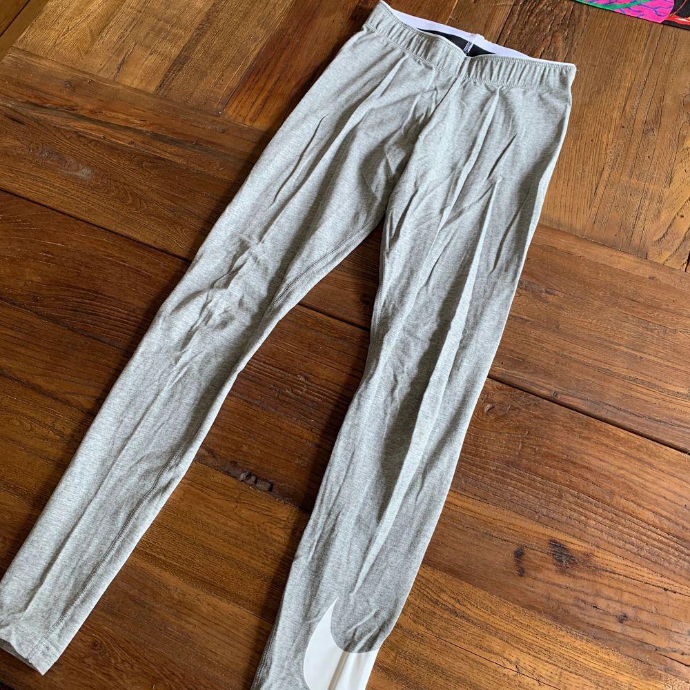 Supersköna gråa tajts ifrån Nike som funkar både till sport och vardag, aldrig använda och är i superfint skick!. Jeans & Byxor.