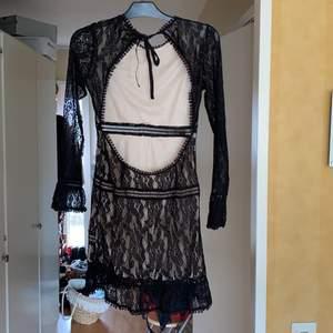 Säljer världens finaste svarta spetsklänning, använd 1 gång. Sååå snygg urringning i ryggen, som du knyter. Verkligen perfekt längd så rumpan blir ELD i denna. Säljes pga för liten. Sitter verkligen så sjukt snyggt på kroppen och tight på rätt ställen.