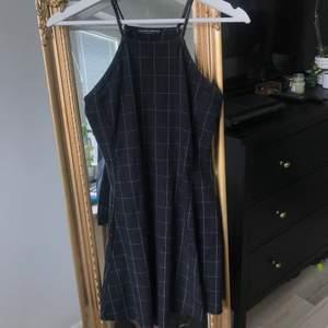 Säljer denna söta halter neck klänning från Brandy Melville som tyvärr inte passar mig längre. Den är i one size men skulle säga att den är en XS-Mindre S. Fraktar mot fraktkostnad. 🌸