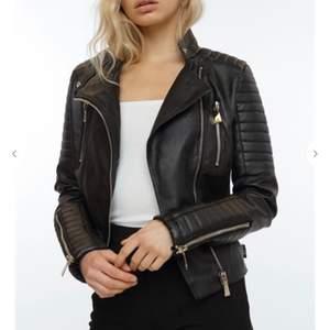 Säljer min moto jacket från chiquelle för den kommer ej till användning. Storlek 36.                  Ordniarie pris 699kr, säljer för 400.                     Skriv om ni vill ha bättre bilder ❤️