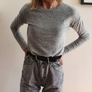 Mysig stickad tröja från Gina Tricot. Grå, storlek XS. Använd ett fåtal gånger! Kan mötas upp i Uppsala/Stockholm, alternativt skicka mot fraktkostnad.💛