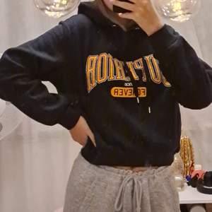 Jätte fin hoodie som är i ett mjukare material därav jätte mysig att ha på sig❤Endast använd 2-3 gånger och är i ett jätte fint skick. Köparen står för frakten som tillkommer❤