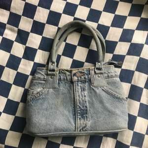 Ashäftig handväska, ska efterlikna ett par jeans från Levi's! Sista bilden är för att visa hur stor den är! Använd 3 gånger