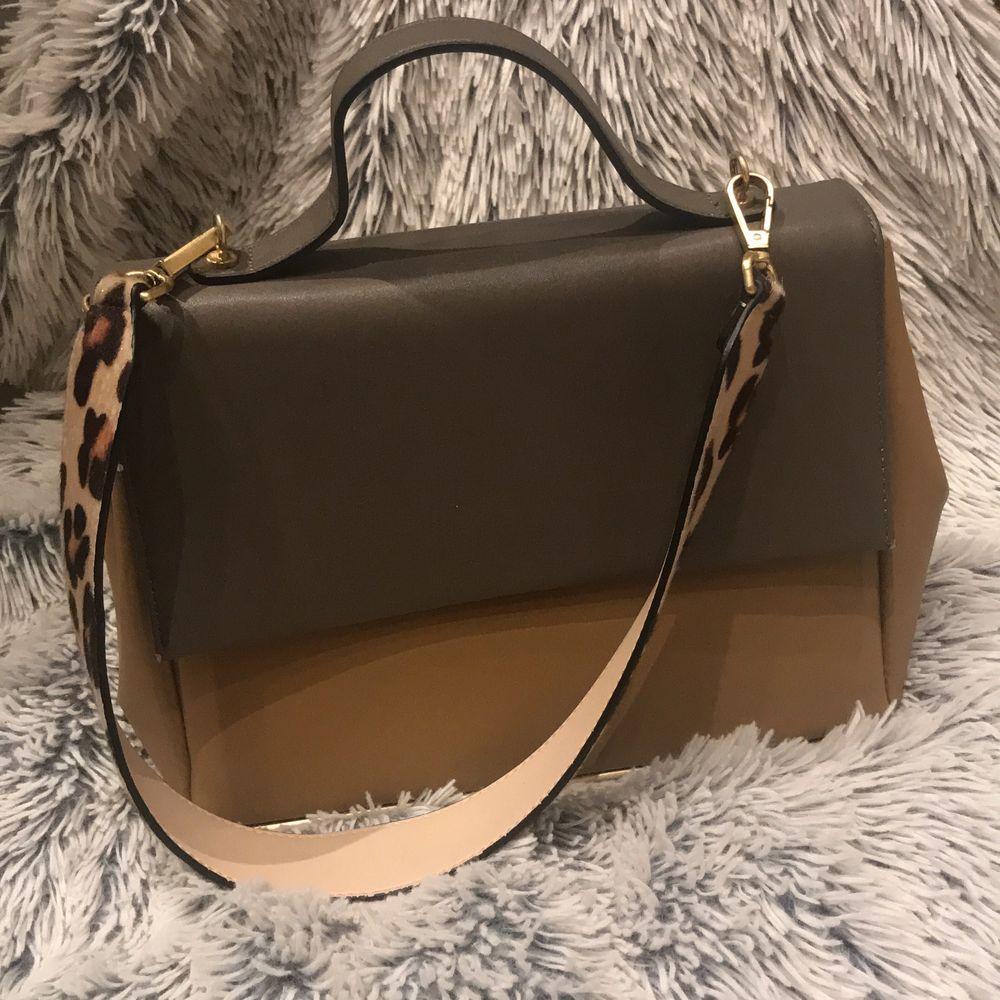 Såå fin väska ifrån Zara woman. Har ett innerfack. Mycket plats till att ha saker. Går att byta band också. . Väskor.
