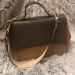 Såå fin väska ifrån Zara woman. Har ett innerfack. Mycket plats till att ha saker. Går att byta band också.