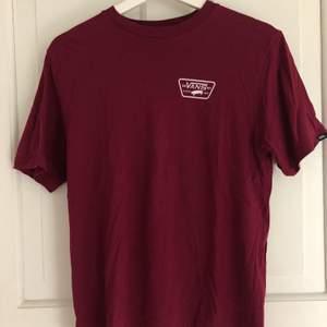 Använd 1 gång. Vans T-Shirt, barnmodell. Jag är S och den passar mig bra! Kommer tyvärr inte till användning.