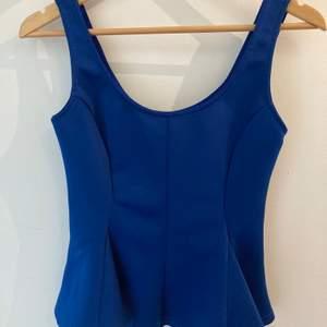 Superfint linne i royal blue färg 👑 Svänger ut längst ner vilket ger fin siluett (se bild 2) 🌟 Jättefint skick 💙 Köparen står för frakt, hör av er vid frågor/för fler bilder 😊