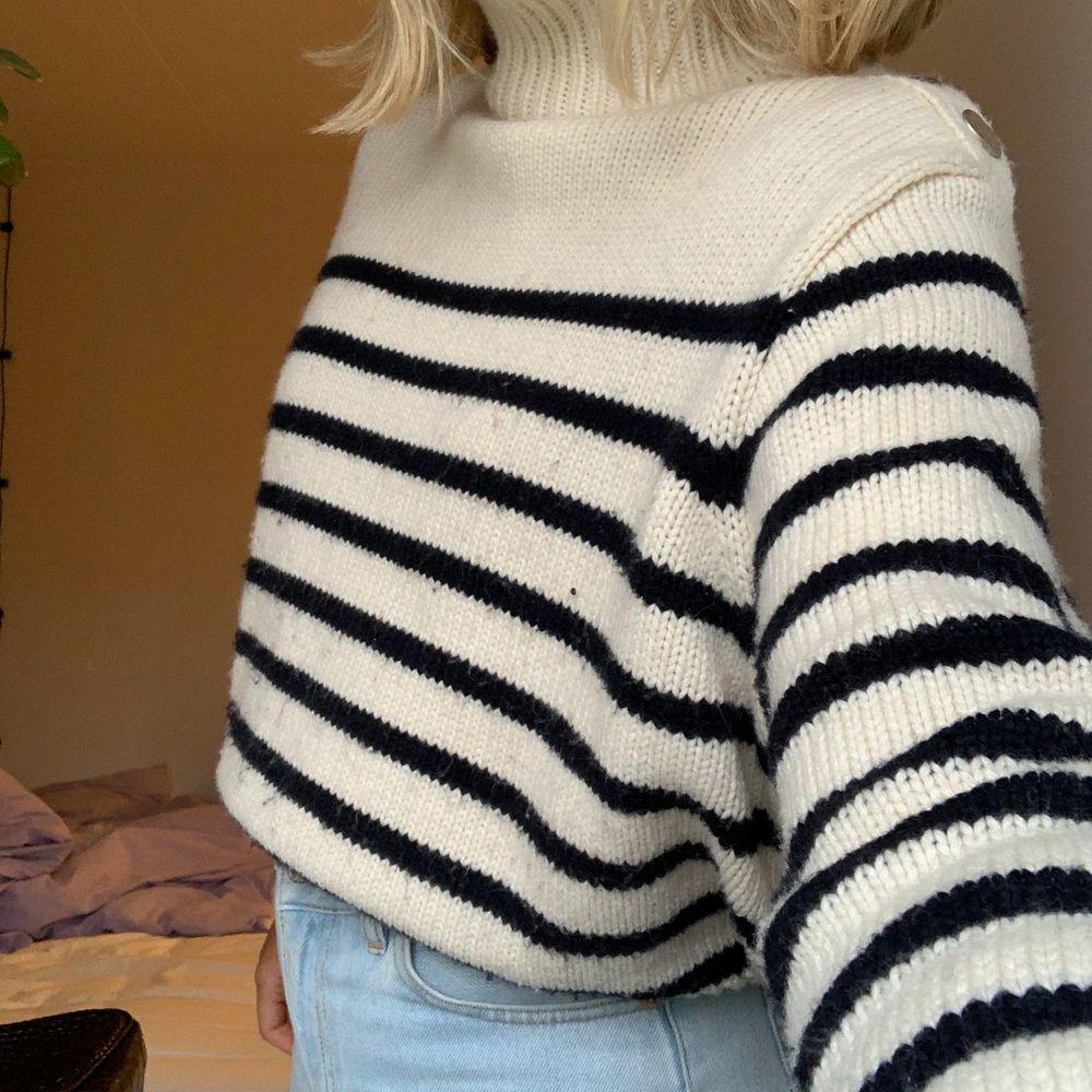 Fin stickad tröja från zara i ränder med marinblått och vitt, på axeln sitter även tre guldiga knappt som detaljer!🥰. Stickat.