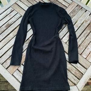 Tajt supersnygg klänning i tunt stickad material