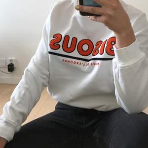 En sweatshirt från H&M som jag endast använt en gång. Storlek M men skulle även passa S. Text med väldigt speciellt textur! Frakt tillkommer