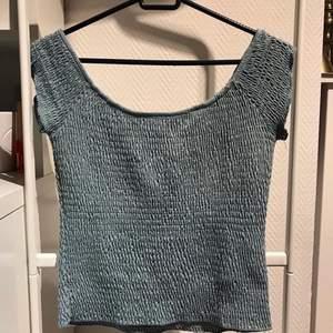 Blå/grå off-shoulder tröja i stretchigt material