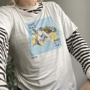 """Visas på bild på en S/M i storlek L. Från det skandinavisk-parisiska märket Aéryne, nypris ca 400. Sparsamt använd, flowy material perfekt till sommaren🌻 Kollagemotiv med staty, citroner samt texten """"NEED NO MAN""""🤘🏻"""