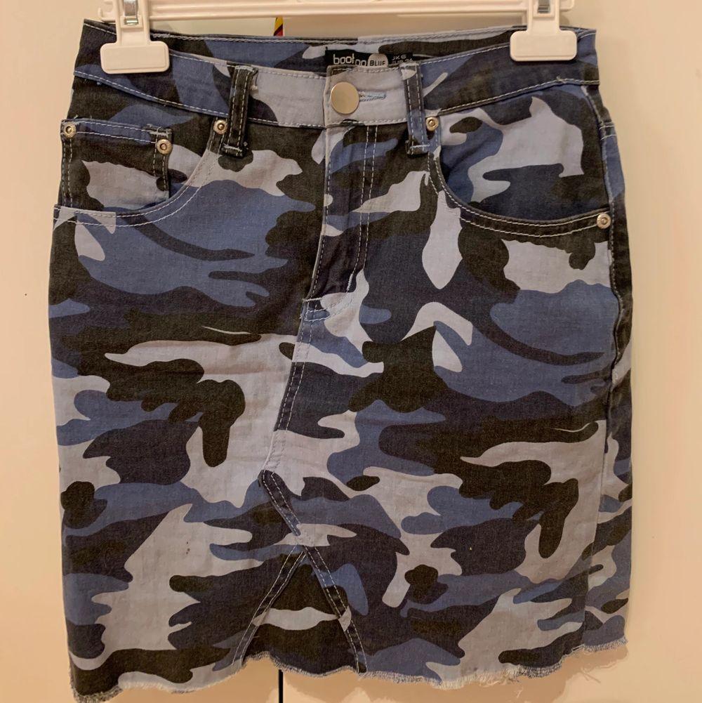 Säljer denna kamouflage kjol från boohoo, fickor både bak och fram. Stl. S Fink skick! Skriv i chatten för frågor/ bilder 💙 köparen står för frakt!. Kjolar.