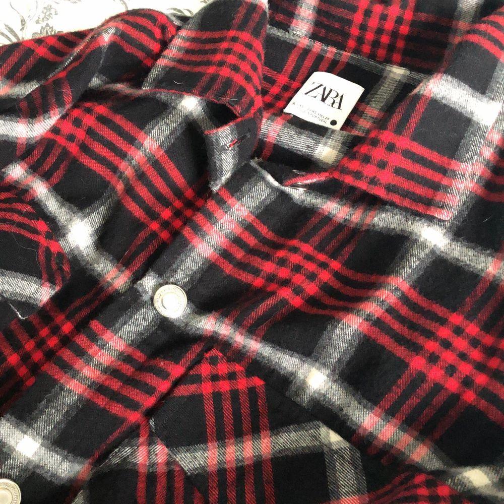 Den är lite tunnare än vanliga jackor så går säkert att använda som skjorta. Jackor.