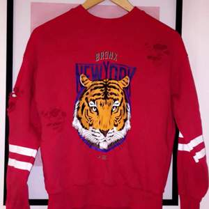 Röd tiger tröja från Gina tricot. Ny pris 299kr. Aldrig  använt. Kan posta då köparen står för frakt💕