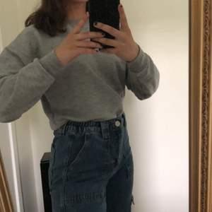 Grå sweatshirt från pull&bear, kommer tyvärr inte till användning längre