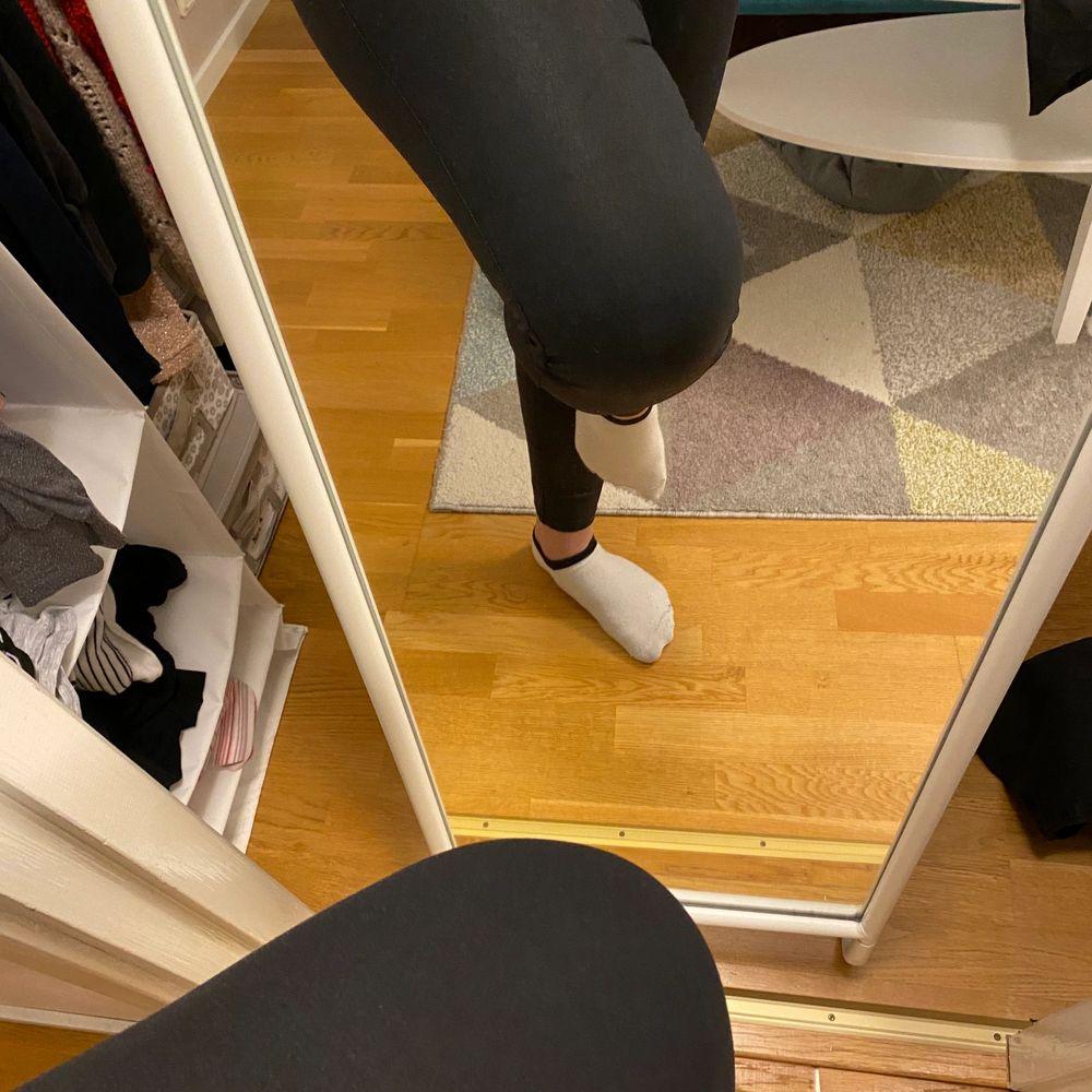 Ett par High waisted skinn jeans. De är Stretch och väldigt bekvämt. Har sällan använts, storlek M . Jeans & Byxor.