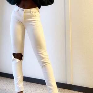 Midwaist! Vita jeans med hål på ena knäet, riktigt snygga!! Frakt tillkommer 🥰