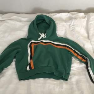 Säljer den här hoodie från bikbok i str S. Jätteskön material. Kontakta för bättre bilder. Köparen står för frakten🥰