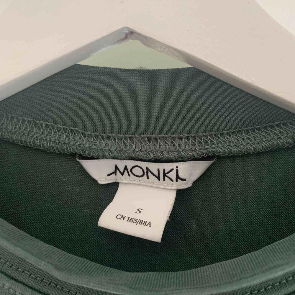 Jättefin grön långärmad tröja med hög hals från Monki i storlek S. Aldrig använd och väldigt fint skick förutom lite små fläckar av nagellim💓. Köparen står för frakt!😌. Skjortor.