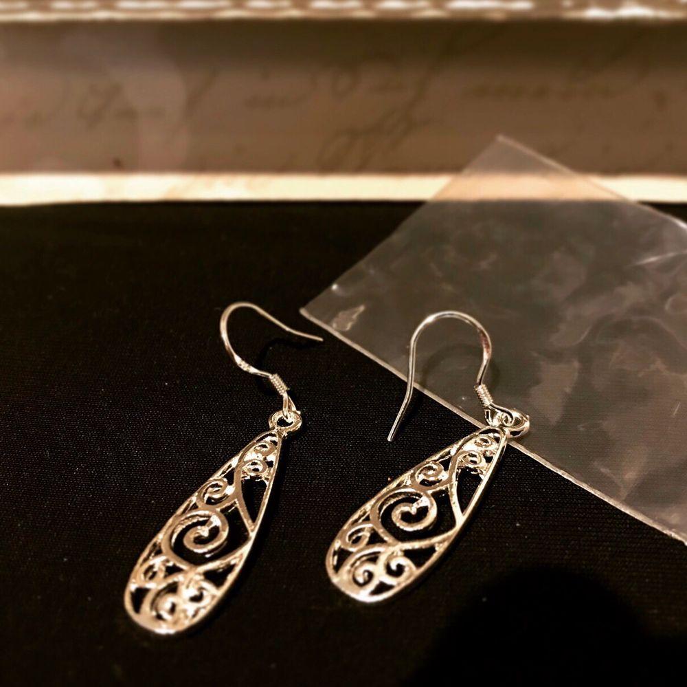 Nya sterling silver krock Örhöngen med present box. Stömplade 925*Bjuder på portot 🤪😌🥳. Accessoarer.