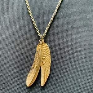 Halsband med fjädrar som motiv! Lång kedja 🪐🪐 40kr inkl frakt