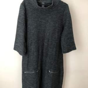 Knälång klänning från Lindex , storlek M. 86% akryl, 13% bomull, 1% polyamid. (Passar bäst till höst och vinter). Kommer inte till användning länge så det är dags att hitta en ny ägare. Kan mötas upp i Linköping eller frakt tillkommer.