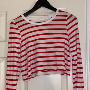 Röd och vit randig tröja ifrån Cubus, har klippt av den sjölv i midjan.