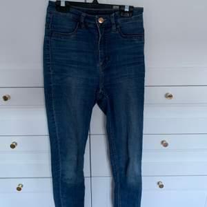 Ett par blåa högmidjade jeans från H&M i storlek 34. Använda endel men är fortfarande i toppen skick!! 😊 Säljer för 185 kr, frakt inkluderas i priset 💙