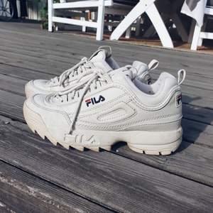 Mina älskade äkta Fila sneakers, väl använda men i bra skick. Snyggt slitna. Frakt tillkommer (66 kr). Samfraktar självklart om du köper mer!