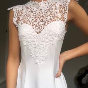Vit somrig klänning från bubbleroom i storlek S med spetsdetaljer. Använd en gång, köpare står för fraktkostnad.