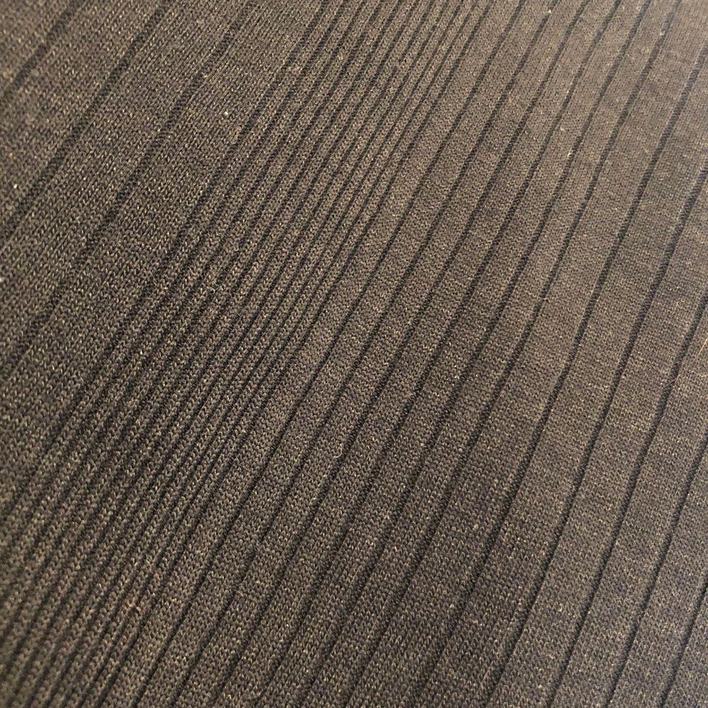 Använd fåtal gånger. Köpt på H&M. Mönstrat tyg. Kameran tar upp färgen konstigt på andra bilden, den är helt svart. Sitter tajt.. Toppar.