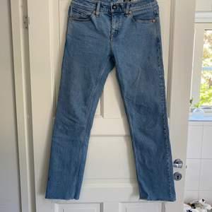 Snygg Volcom jeans i bra skick som är klippta nere vid byxorna +kontakta för fler frågor:)