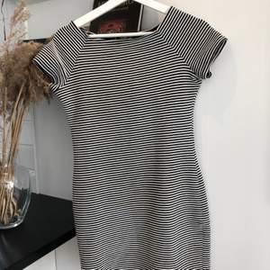 Randig klänning ifrån Mango, i fint skick! Köparen står för frakt📦