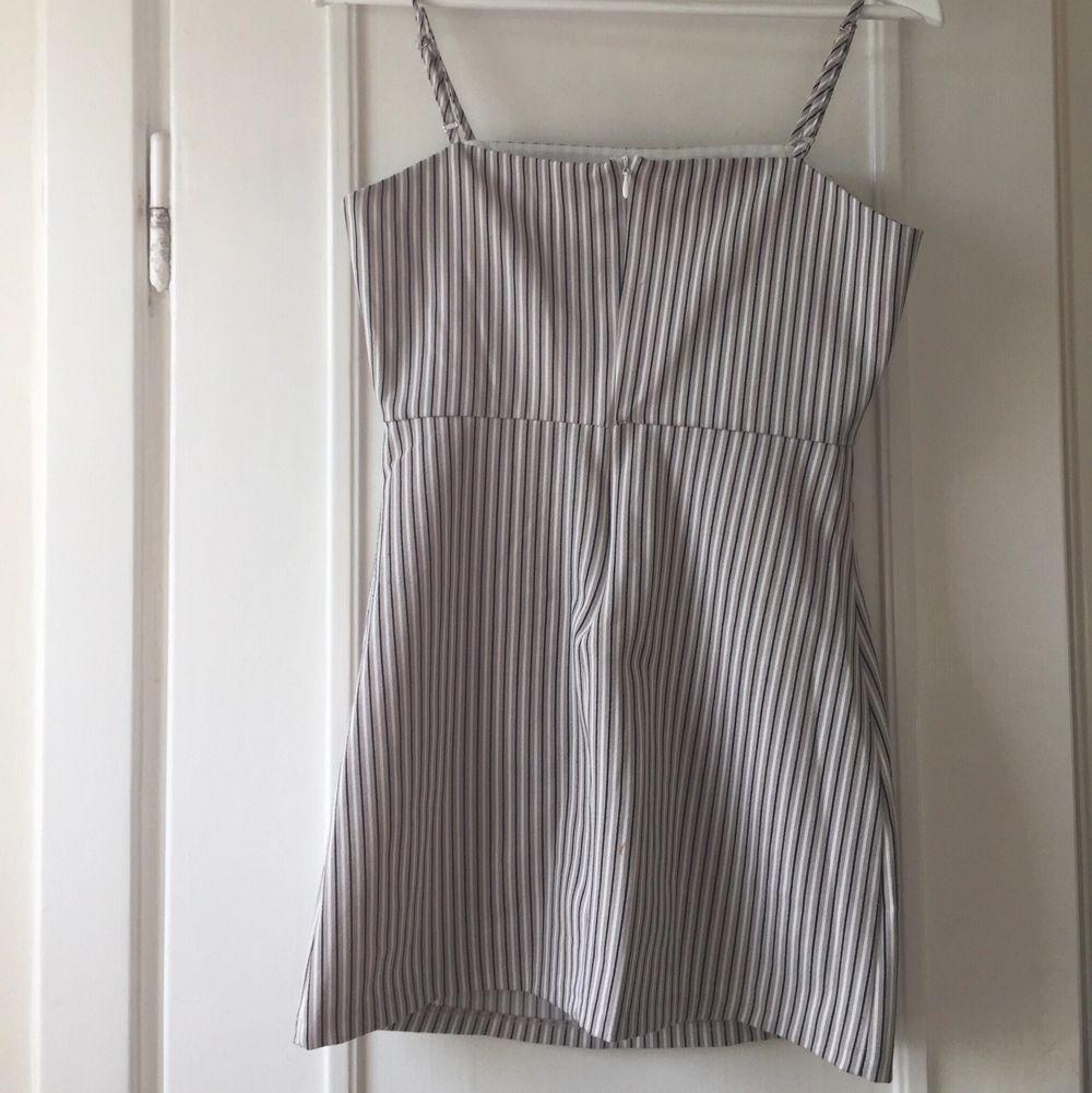Denna fina klänning är använd max 3 gånger och säljs då den tyvärr inte längre passar mig. Det står att den är i storlek M men den är snarare i storlek S.. Klänningar.