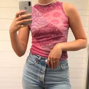 Mönstrat linne i olika rosa färger. Kommer från en kollektion gjord för H&M på 90-talet. Storlek M men passar definitivt en XS/S också. Hör av er vid intresse 💞