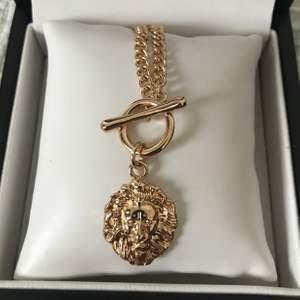 Ett tufft halsband med ett detaljerat lejonhuvud. Supersnyggt till nästan vad som helst, säljer då jag sällan använder halsband. 🤩