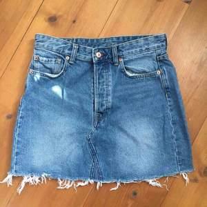 Fin jeanskjol från H&M, varsamt använd och legat i garderoben mest då jag sällan använder kjol. Perfekt för sommaren! Pris 150kr samt frakt står köparen för som är ca 50kr