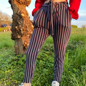 Striped soft pants with fabric belt. Loose fitted. Front pockets.  72% polyester, 24% viscose, 4% elastane. Used multiple times.  59kr shipping