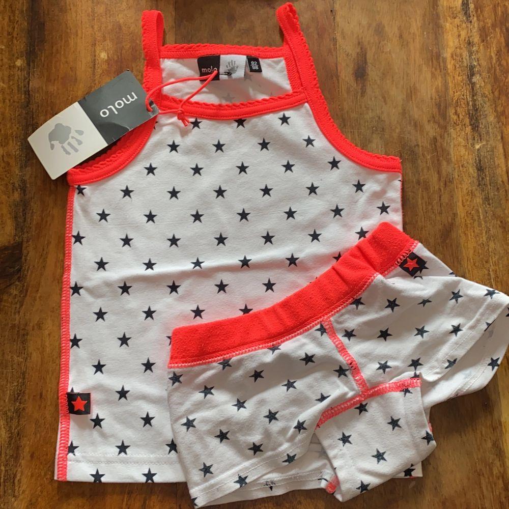 Jätte sött linne med stjärnor från Molo kan köpas med eller utan underkläderna. Toppar.