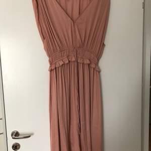 Jättefin klänning från H&M i stlk 40. Klänningen är oanvänd och har bara hängt i garderoben.