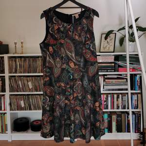 Jerseyklänning från Anna Field, aldrig använd med prislapp kvar. Köptes för 399. Storlek 40. Blixtlås bak.