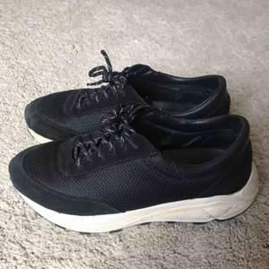 Sneakers med hög komfort från skandinaviska herrmärket Our Legacy. En av de mest bekväma par skorna jag ägt och riktigt bra kvalité på dessa med mocka detaljer och läderinnersula osv. Inga byten. 9/10 condition, knappt använda