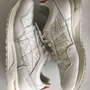 Supergulliga vita skor från Asics med instansade hjärtan🤍 Något slitna men fortfarande i bra skick. Köparen står för frakten. Kan även hämtas i Uppsala 🥰