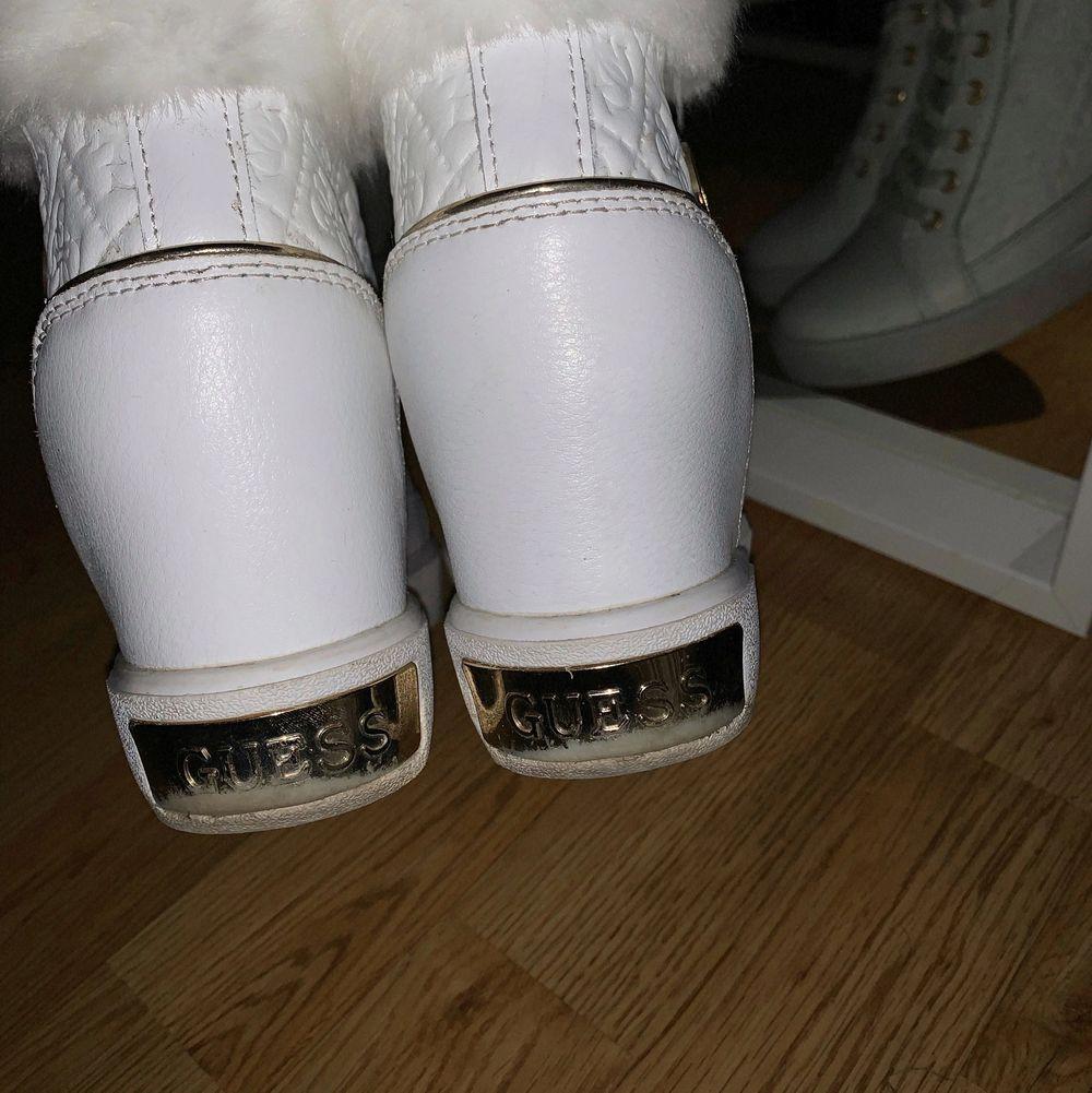 Fina höga sneakers i strl. 38 från Guess. Sparsamt använda och köpta för ca. 1200kr på Zalando. Hämtas i Växjö eller betalas frakt av köpare.. Skor.