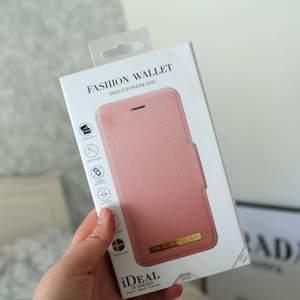 Säljer mitt plånboksskal från Ideal Of Sweden. Skalet är aldrig använt, inte ens uppackat från kartongen! Skalet är rosa med gulddetaljer.   Nypris: 399 kr  Skalet kan skickas!