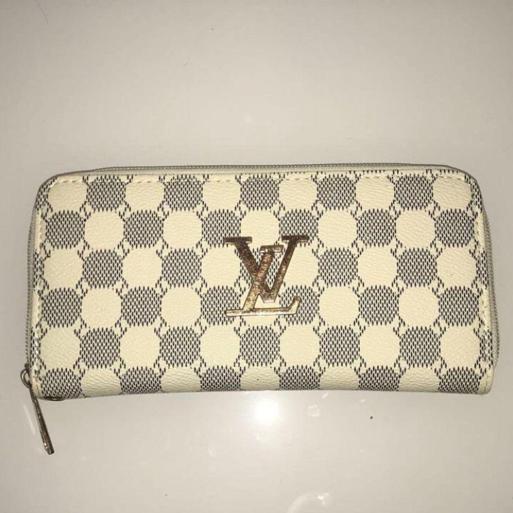 Säljer nu min Louis Vuitton plånbok då jag är i behov av pengar. Sparsamt använd.  Den är i måttet 19,5 x 10 x 2. . Väskor.