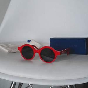 Supercoola supreme x Louis Vuitton replika solglasögon. Riktigt iögonfallande solglasögon av bra kvalite, med dustbag och box. Använda ett fåtal gånger, men de passar inte riktigt min ansiktsform.